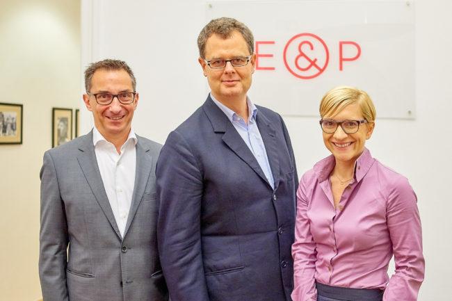 Harald Katzmair beim E&P Business Breakfast mit den beiden Geschäftsführern Axel Zuschmann und Nicole Bäck-Knapp